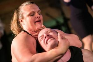 Bodybuilderin bricht Mann das Genick